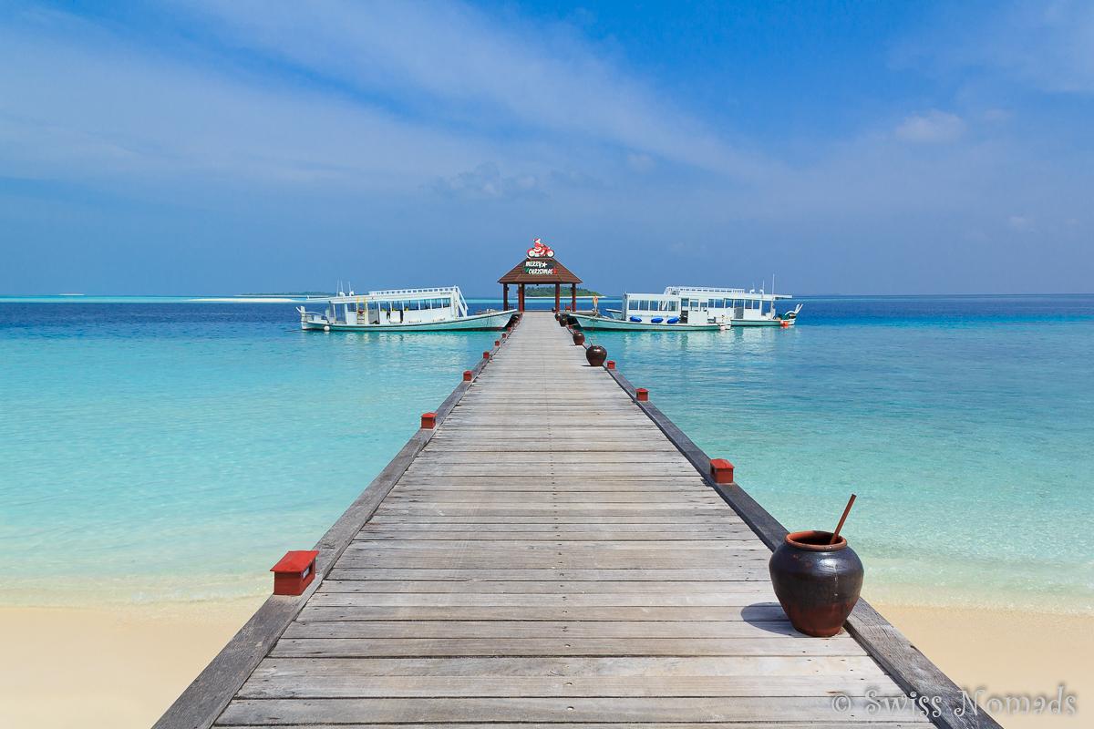 Malediven Reisetipps Steg auf einer Resortinsel